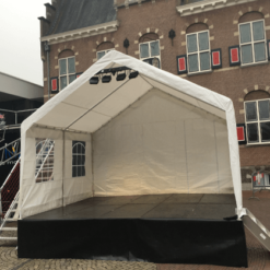 Podium met overkapping